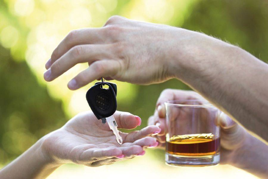 ΕΙΕ: Το 35% των Ελλήνων οδηγεί ακόμη κι αν έχει καταναλώσει οινόπνευμα.