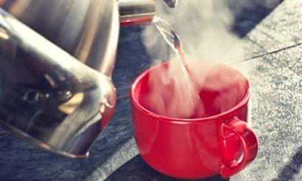 5 οφέλη του να πίνετε ζεστό νερό