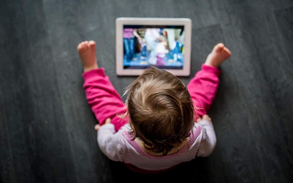 Μεγαλύτερος ο κίνδυνος για εμφάνιση συμπτωμάτων αυτισμού στα μωρά που κάθονται μπροστά σε υπολογιστή ή τηλεόραση