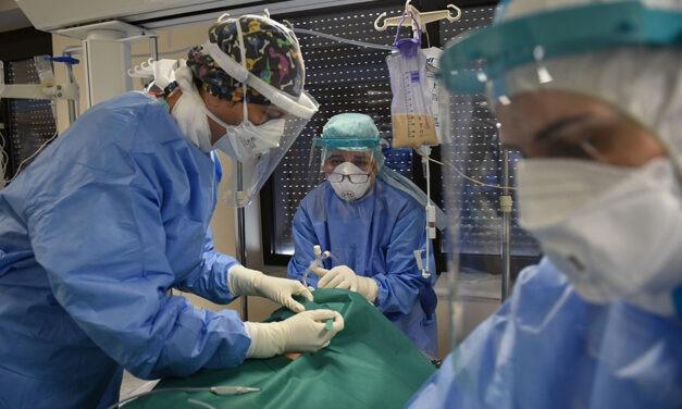 ΠΟΕΔΗΝ: 12 εργαζόμενοι σε νοσοκομεία νεκροί και 11 διασωληνωμένοι