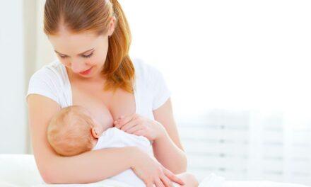 Τα συστατικά mRNA των εμβολίων Covid-19 δεν μεταφέρονται μέσω του γάλακτος από τις εμβολιασμένες μητέρες στα μωρά που θηλάζουν