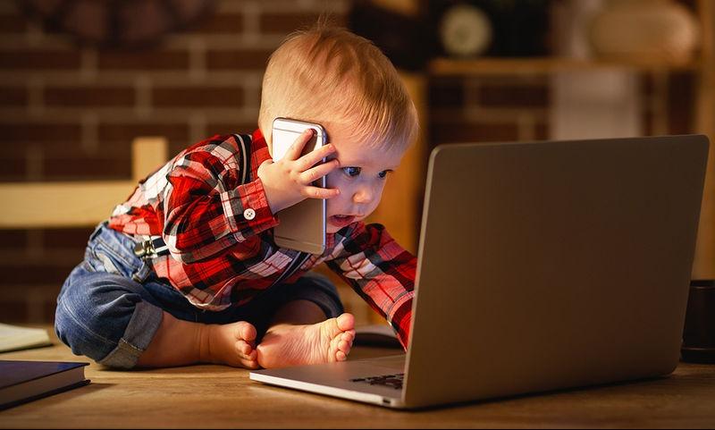 Τα παιδιά και οι έφηβοι που χρησιμοποιούν κινητά τηλέφωνα, τάμπλετ και άλλες συσκευές, κοιμούνται λιγότερο